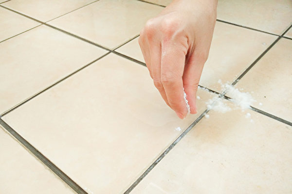 小蘇打是經濟實惠又安全的清除黴菌好物,可以把小蘇打撒在發霉處,再擦洗。(Shutterstock)