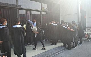 长荣女大生最后一程 同学穿毕业袍送行泪崩