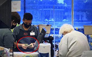 美國老人買東西錢不夠 18歲超市員工幫付款