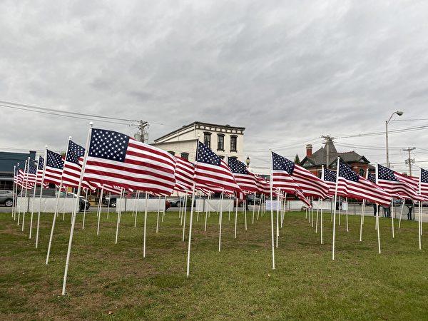 143面美國國旗在寬大的草坪地帶隨風飄揚。(李桂秀/大紀元)