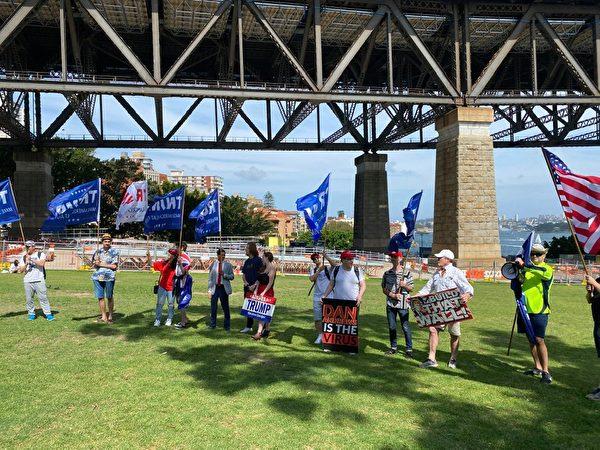 11月21日下午3點,參加遊行集會的人士在悉尼Milson Point 的布拉德菲爾德公園(Bradfield Park)集合。(李睿/大紀元)