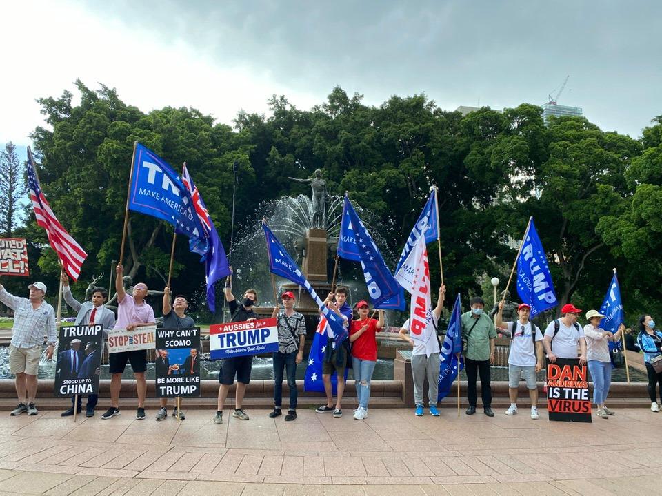 參加當天集會的遊行隊伍到達聖瑪麗亞大教堂附近的噴泉,再次表達支持特朗普連任的心聲。(李睿/大紀元)