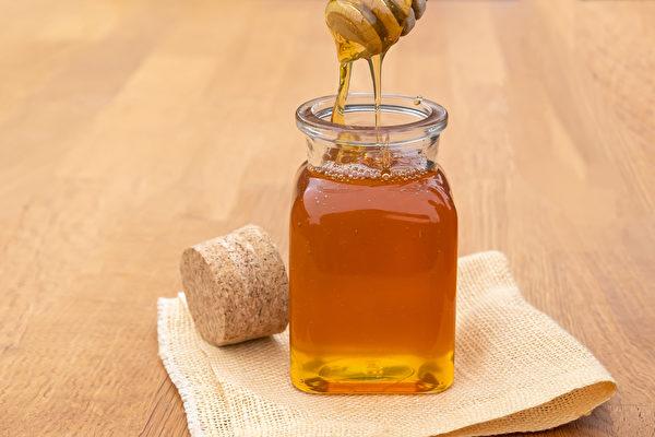 蜂蜜含有天然的杀菌成分,能缓解喉咙痛、减轻发炎。(Shutterstock)
