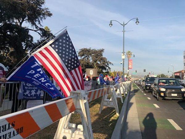 11月1日下午3點,比華利山聚集了上百位支持特朗普總統的民眾。(王涵提供)