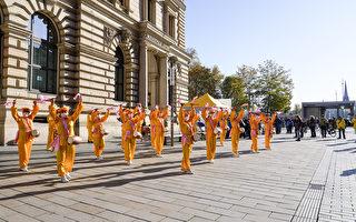 法轮功德国莱比锡呼吁民众签字解体中共
