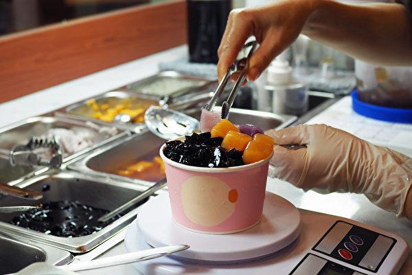 烧仙草液通常很甜,再经过勾芡,热量不低;内容物大多属于淀粉类食品。(Shutterstock)