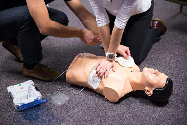 在使用自動體外心臟去顫器(AED)急救時,聽到語音警示前不要停止CPR。(Shutterstock)
