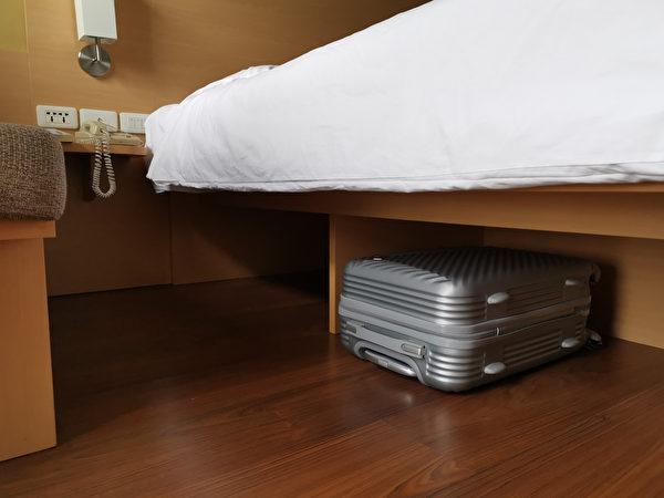 卧房, 卧室, 宽敞, 铁床, 窗户, 窗帘, 颜色, 储物, 行李箱