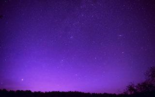 瑞典小鎮出現紫色夜空 原因跟你想的不同