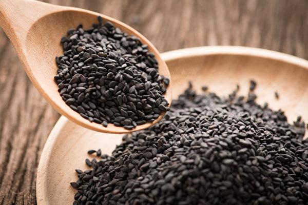 黑芝麻藏有丰富的营养,不仅补肾,还能补钙、补血、防白发。(Shutterstock)