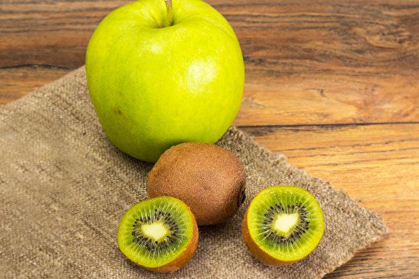 苹果和奇异果这两种平凡的水果,实则具有很好的抗癌功效。(Shutterstock)