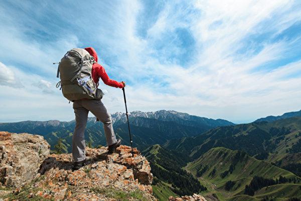 前台大医院医师李丰罹癌后,每个周末坚持爬山。示意图。(Shutterstock)