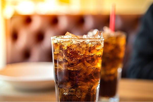 每天喝含糖碳酸饮料,会使大脑加速老化。(Shutterstock)