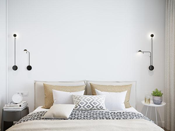 卧房, 卧室, 宽敞, 铁床, 窗户, 窗帘, 颜色, 储物, 行李箱, 吊灯