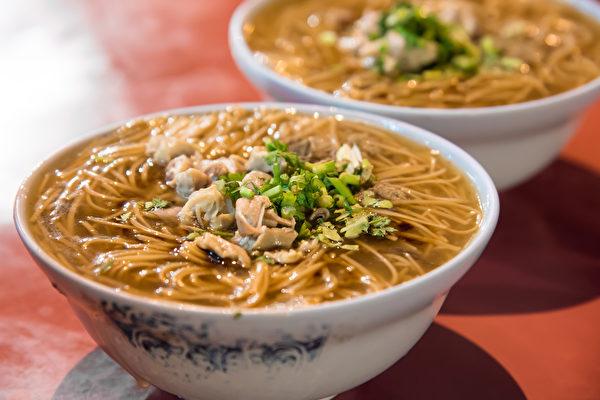 大肠面线(蚵仔面线)中的大肠和蚵仔皆属于高胆固醇食物,加上勾芡,热量油脂很高。(Shutterstock)