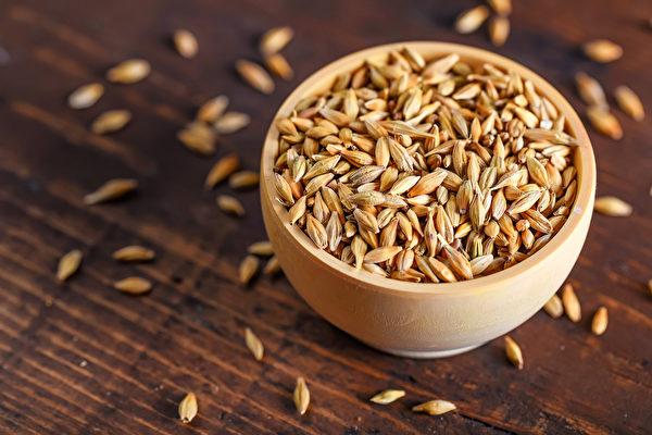 用大麥一升熬湯,先熏後洗,可治療乾癬。(Shutterstock)