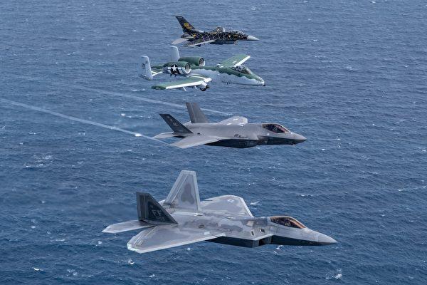 組圖:美軍四大戰機罕見同框飛行表演