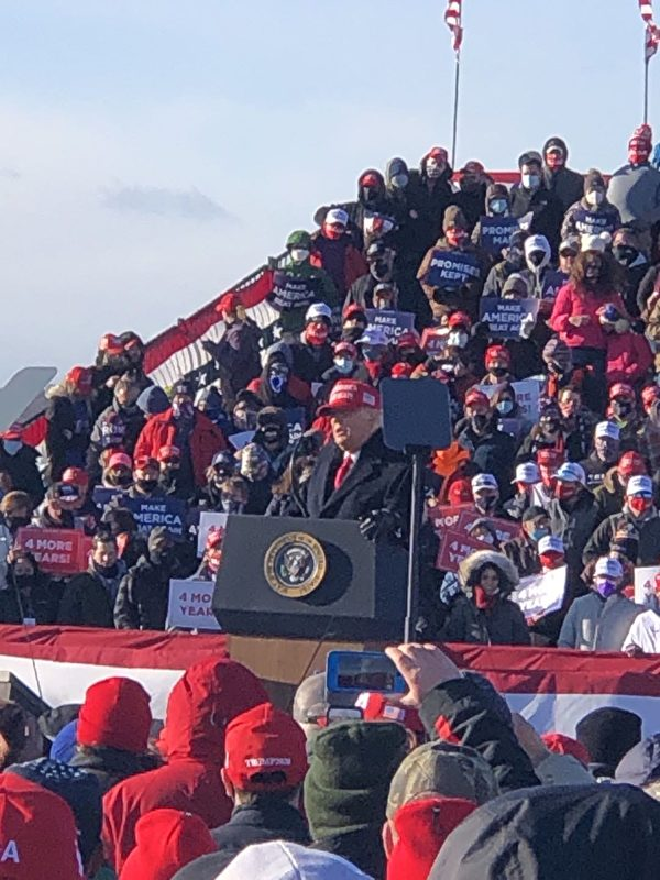 2020年11月2日大選日前一日,劉先生參加賓夕凡尼亞州的特朗普造勢集會。(Bob劉先生提供)