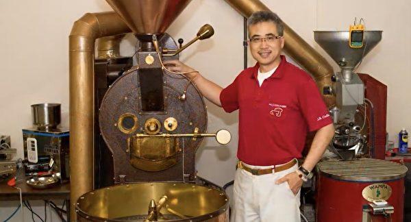 圖:「傑人咖啡生活館」第三集特為聖誕佳節製作,美酒加咖啡與美食。圖為咖啡館徐介誠在分享。(溫哥華國際傑人會提供)