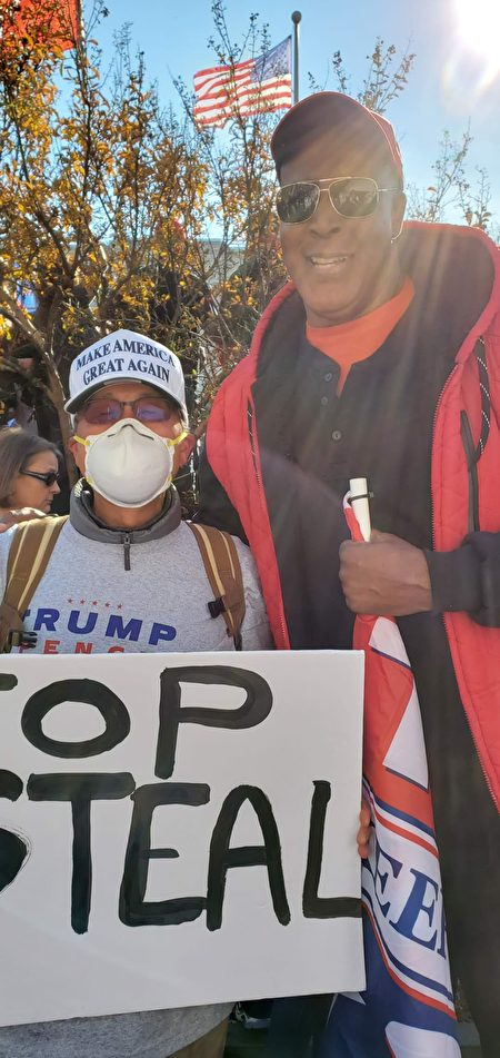 劉先生在DC參加支持特朗普的集會時與「魔術強森」合照。(Bob劉提供)
