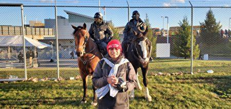 11月2日大選日前一天,劉先生在賓州川普造勢集會,與總統特勤局的騎警合影。