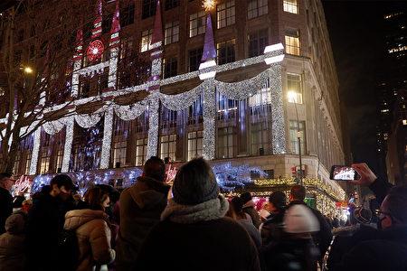 """2020年12月5日,纽约市曼哈顿""""第五大道百货公司""""的声光秀吸引民众驻足欣赏、拍照记念。"""