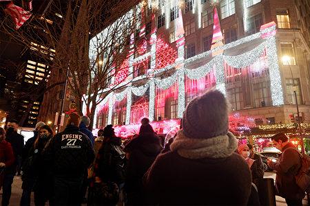 """2020年12月5日,纽约市曼哈顿""""第五大道百货公司""""的声光秀吸引民众驻足欣赏。"""