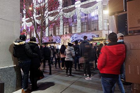 """2020年12月5日,纽约市曼哈顿""""第五大道百货公司""""的声光秀吸引人群围观。"""