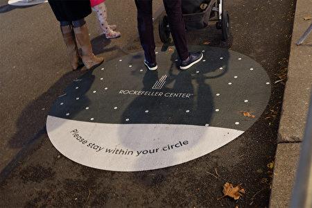 民众需要站在洛克菲勒中心安排的圆圈内排队。