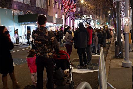 2020年12月5日,纽约市曼哈顿第五大道上,民众排队观赏洛克菲勒中心的圣诞树。