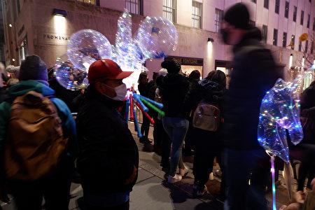 2020年12月5日,一位小贩在纽约市曼哈顿第五大道上,向往来人群兜售圣诞商品。
