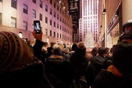 2020年12月5日,纽约市曼哈顿第五大道上,人群驻足拍摄洛克菲勒中心的圣诞树。