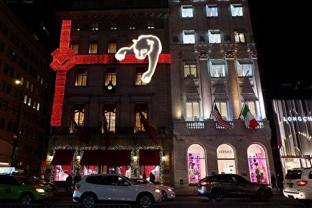 2020年12月5日,纽约市曼哈顿第五大道上的精品业者在外墙放上巨型圣诞装饰。