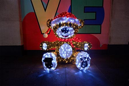 2020年12月5日,纽约市曼哈顿第五大道上的圣诞装饰。