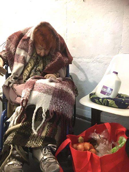 """图为104岁的居民收到""""纽约居民联盟""""分发的、由联邦政府免费提供的食品。"""