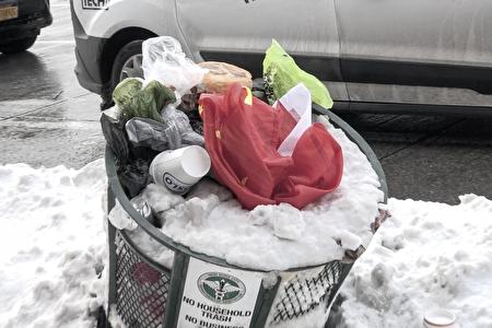2020年12月18日,中共的血旗被美國人扔進了垃圾桶。