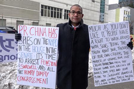 2020年12月18日,美國民眾Daby Carreras手舉標語,抗議中共在美國安插間諜,企圖顛覆美國。