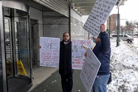 2020年12月18日,美國人吉布森(Ken Gibson)和卡雷拉斯(Daby Carreras)在紐約中領館前手舉標語抗議。