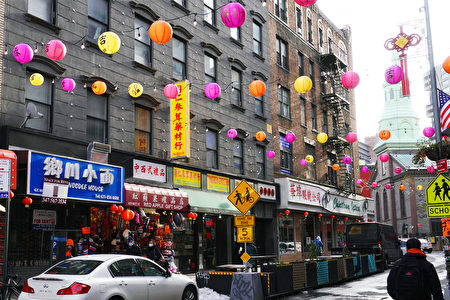 """2020年12月23日,""""点亮华埠""""项目在纽约市曼哈顿华埠的勿街,挂满了数百个特制灯笼。"""