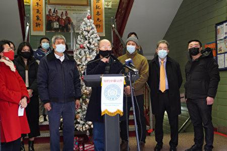 图中致词者为纽约中华公所主席于金山(Justin Yu)。