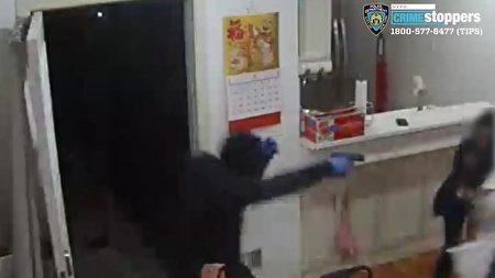 2019年5月4日晚,非裔歹徒在皇后区小颈57大道和251街附近的一户华人家庭持枪抢劫,被房屋里外的摄像头记录下来。