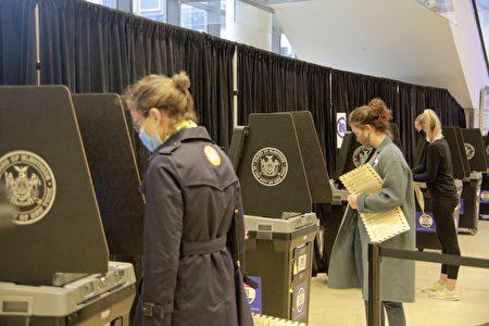 2020年10月24日,選民在麥迪遜廣場花園的提前投票站將選票投入掃描機。