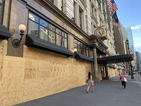 梅西百貨用木板封了起來。