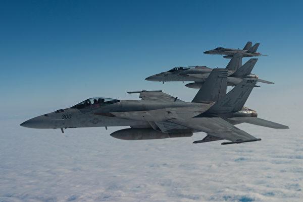 2020年1月10日,駐守日本岩國基地的3架F/A-18E超級大黃蜂在「西太平洋朗姆酒」(WestPac Rumrunner)演習中編隊飛行。超過60架飛機參加了這次演習。(美國空軍)