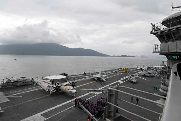 2020年3月5日,罗斯福号(CVN 71)航母抵达越南岘港,受到当地欢迎。事后,此次访问被怀疑是造成航母官兵染疫的可能源头之一。(美军印太司令部)