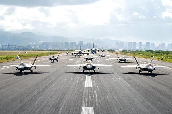 2020年4月21日,美军8架F-22战斗机、KC-135机油机、C-17在夏威夷火奴鲁鲁机场展示大象漫步。(美国空军)
