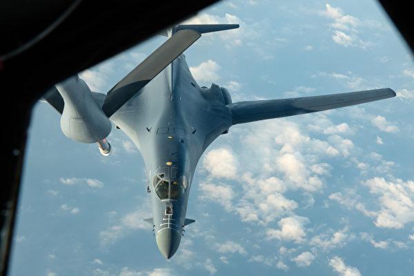 2020年4月30日,从美国本土起飞的B-1B轰炸机飞行32小时,前往南中国海演练,途中接受KC-135空中加油。从此,美军B-1B轰炸机长时间动态部署关岛。(美国空军)
