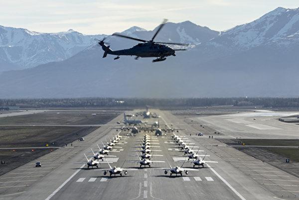 2020年5月5日,美军在阿拉斯加理查森空军基地展示各种战机大象漫步,包括F-22猛禽战斗机、C-17运输机 Globemaster,E-3哨兵预警机,C-12F休伦运输机,C-130J超级大力神运输机和HH-60G直升机。(美国空军)