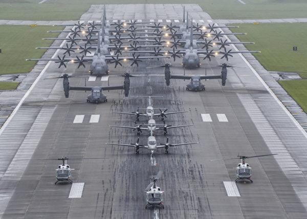 2020年5月21日,美军在日本横田空军基地展示了一次运输机的大象漫步,包括9架C-130运输机、3架C-12 运输机、2架CV-22鱼鹰旋转翼直升机、3架UH-1N直升机。(美国空军)