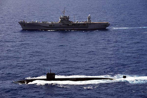 2020年6月14日,蓝岭号两栖作战指挥舰(LCC 19)与洛杉矶级攻击潜艇阿什维尔号(SSN 758)在菲律宾海共同演练。(美国印太司令部)